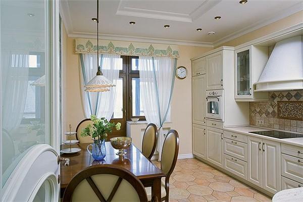 Дизайн штор на кухне с балконом.