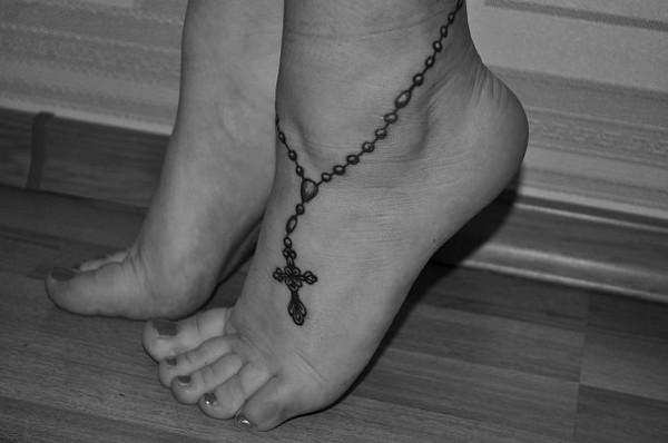 Тату крест на ноге для девушек