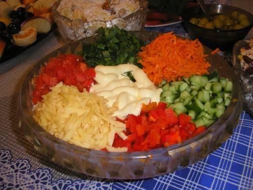 Салат из овощей горкой