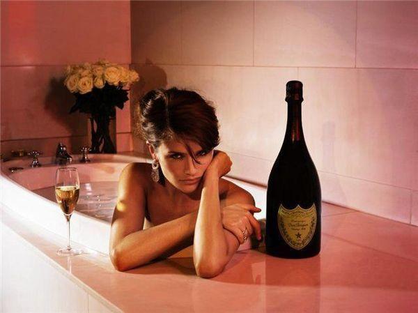 Девушка принимает ванну, попивая шампанское  258230