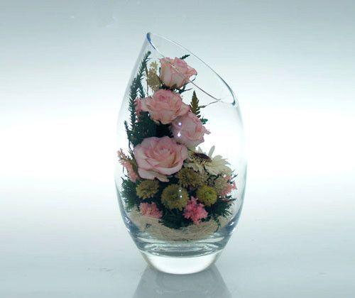 Композиция из цветов в стекле