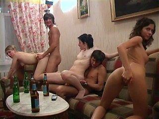 Беспорядочный секс во время пьянки порно фото бесплатно