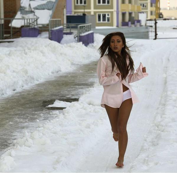 Старая блонда оголила вагину на улице в мороз  27199