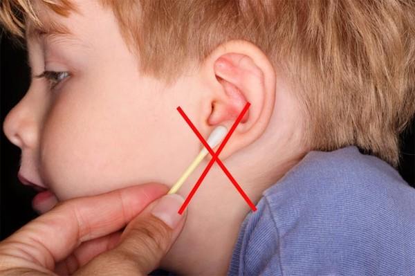 Что делать если младенцу вода в уши