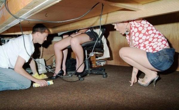 pod-stolom-na-rabote-smotret
