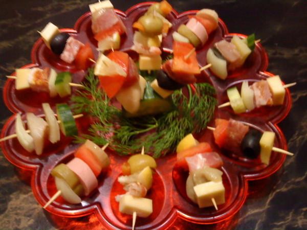 Вкусные легкие закуски с фото на шпажках