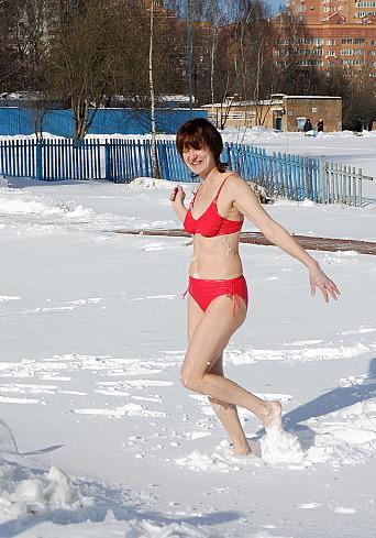 Старая блонда оголила вагину на улице в мороз  27135