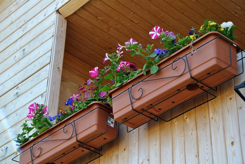 Ответы@Mail.Ru: Как установить на балконе подвесной ящик под цветы?