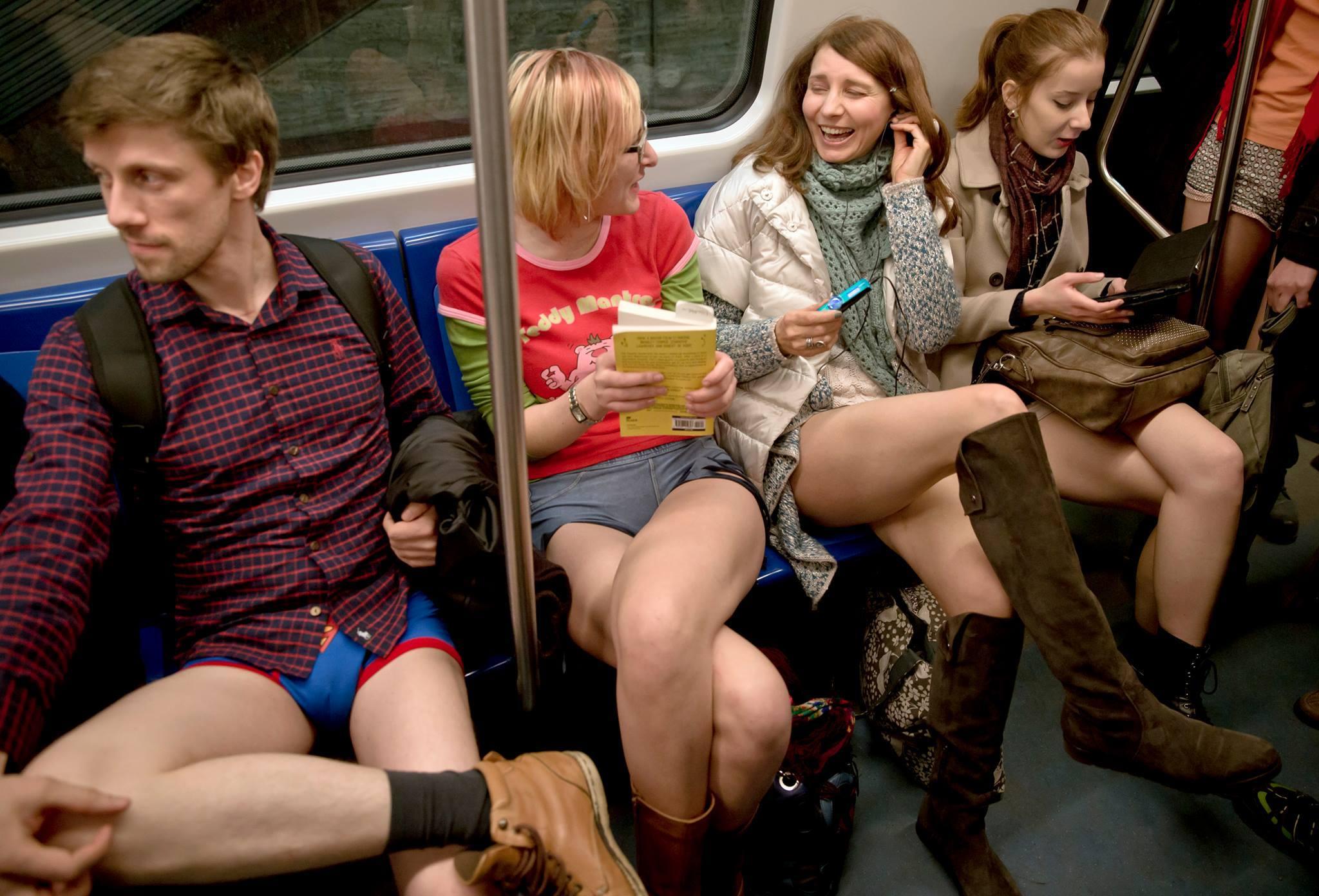 Дамы без одежды в разных местах  103611