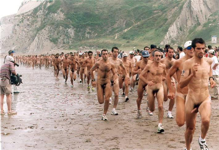 Бегут голые женщины