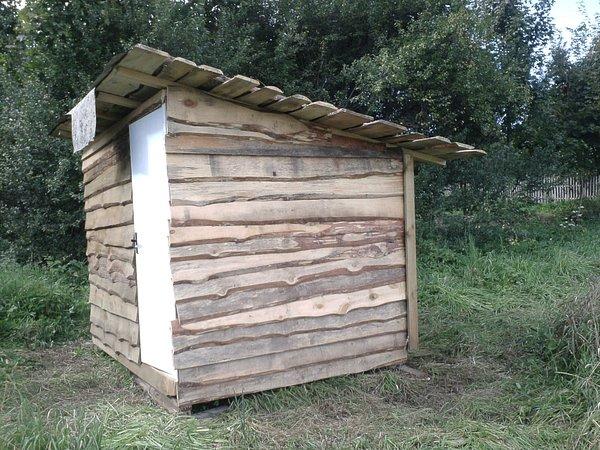 Деревянный сарай на даче