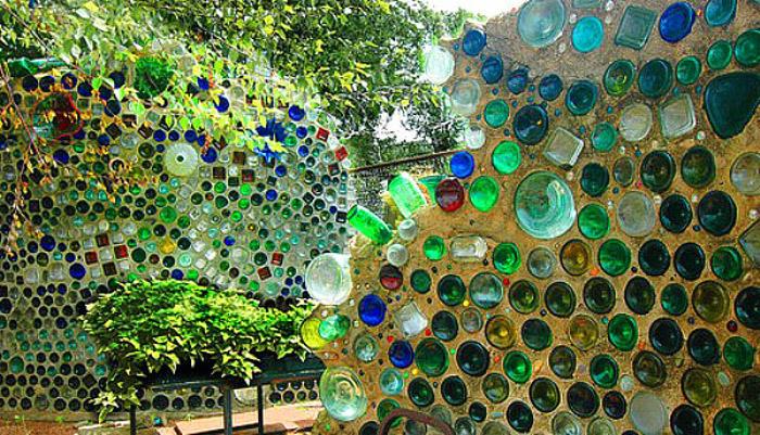 Забор из стеклянных бутылок своими руками