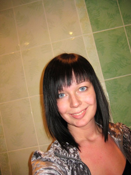 У меня косая челка: (фото не оч хорошее, но сразу после стрижки).  Не мешает, люблю когда левый край совсем...