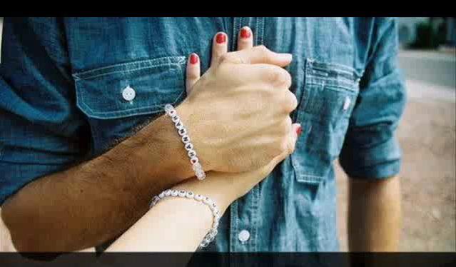 Мужчина прижимает руку женщины к своему сердцу