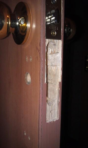 Чем закрыть дырку в двери межкомнатной