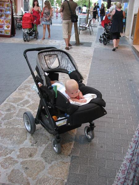 Когда ребенка сажают в прогулочную коляску 64
