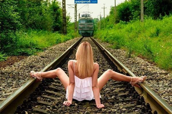 Девушки раздеваются перед поездом фото