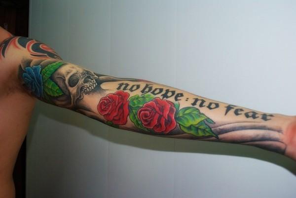 Татуировки мужские руки розы с надписями