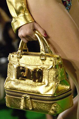 Что носить с золотой сумкой