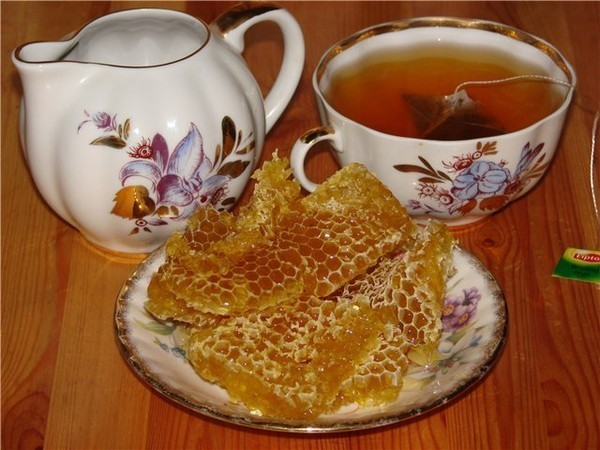 Лимон, банку з медом і чашка з лимонно-медовим напоєм