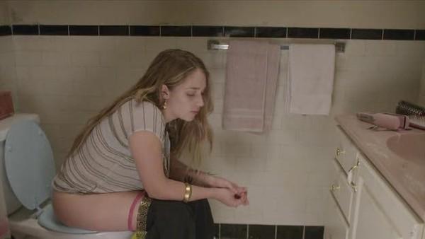 skritaya-masturbatsiya-v-zhenskom-tualete-video