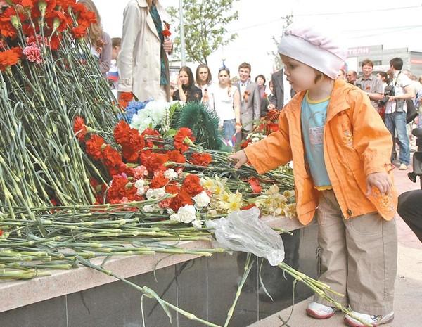 Фото возложение цветов к памятнику