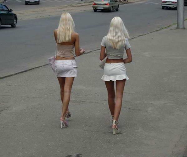 Вызывающая блонда раздевается на улице  475266
