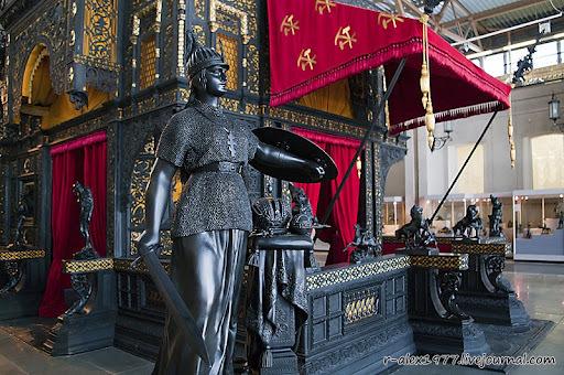 """Вход в павильон украшает скульптура Н Лаверецкого под названием """"Россия..."""