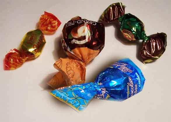 Как сделать из бумаги и конфет подарок