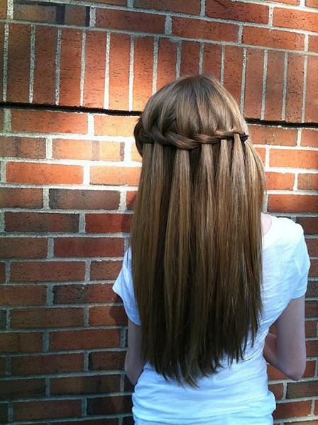 прически для девушек на длинные волосы на каждый день фото