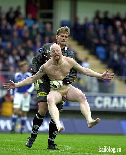 Играют в футбол голые парни