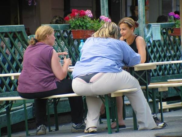 3 girls play strip poker