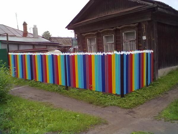 Как красить забор своими руками 95