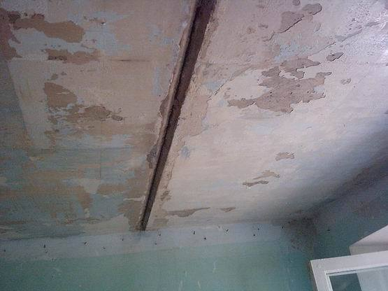 Как выровнять неровный потолок