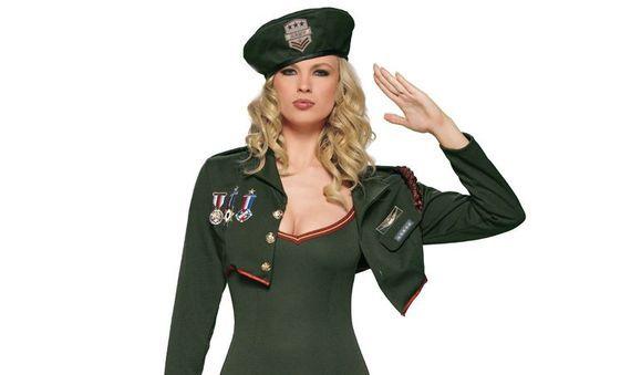 Открытка солдат отдает честь 2