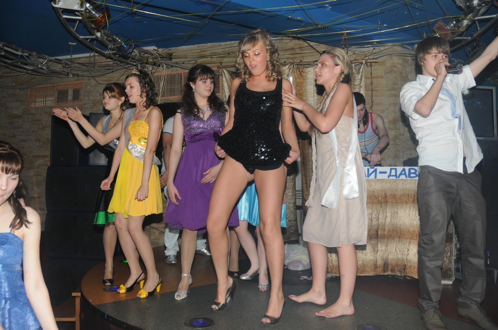 Танцы под юбкой эротика в танцах 7 фотография