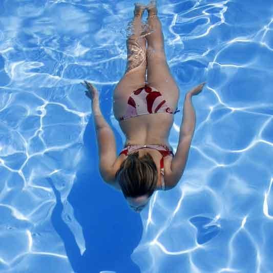 Начальник купается в бассейне с оголенными работницами  440711