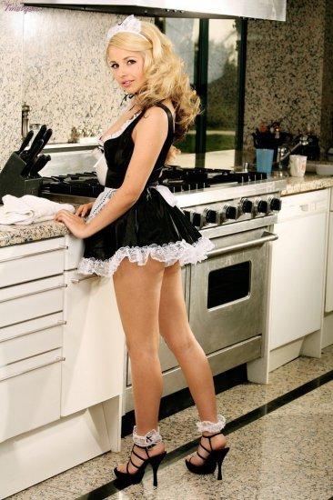 Redhead MILF in sexy maid's uniform squats to display her snatch № 43198  скачать