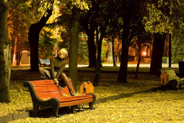 Стих про на скамейка девушка