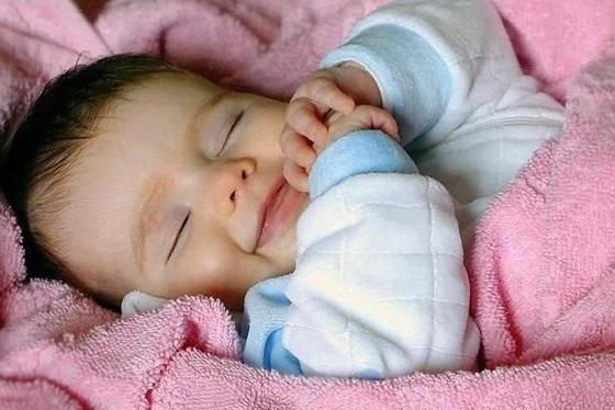 Почему новорожденные смеются во сне