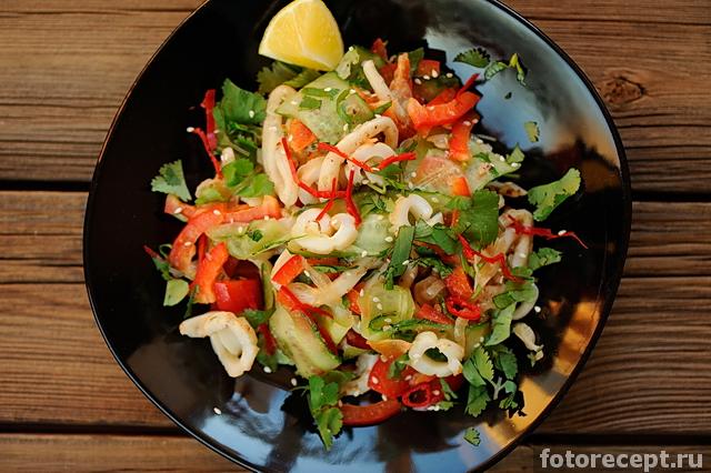 Рецепты салатов с жареными кальмарами
