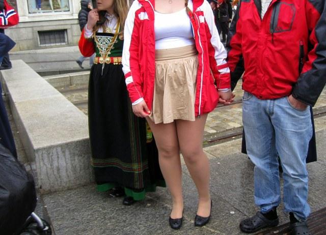 В коротких юбках толстые 107