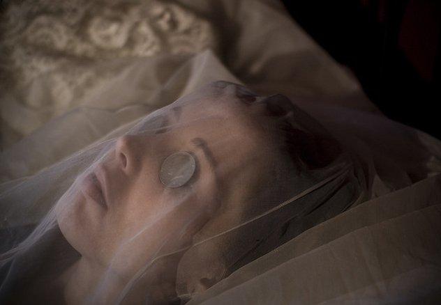 Почему покойникам закрывают глаза