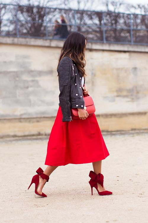 В красной юбке красном платье и черных чулках колготках 165
