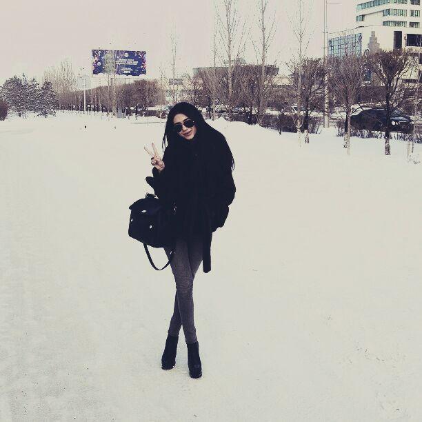 Брюнетка зима фото со спины