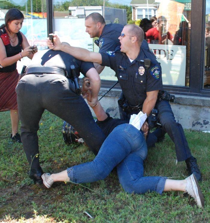 Парень поимел полицейскую во время обыска  631458