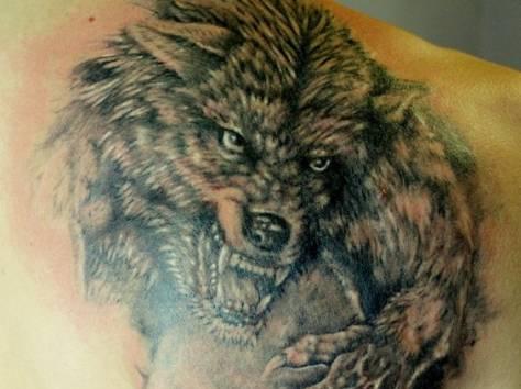 Тату на лопатке волк