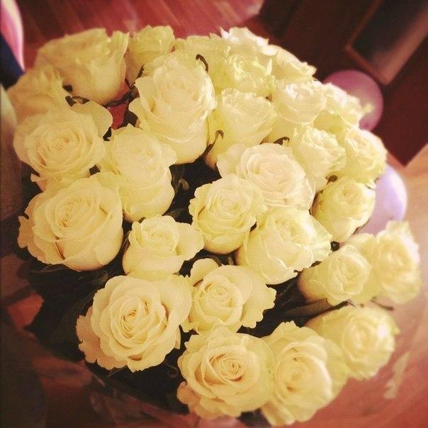 Белые розы в подарок это 777