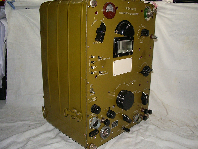 Армейская ламповая радиостанция р-104м