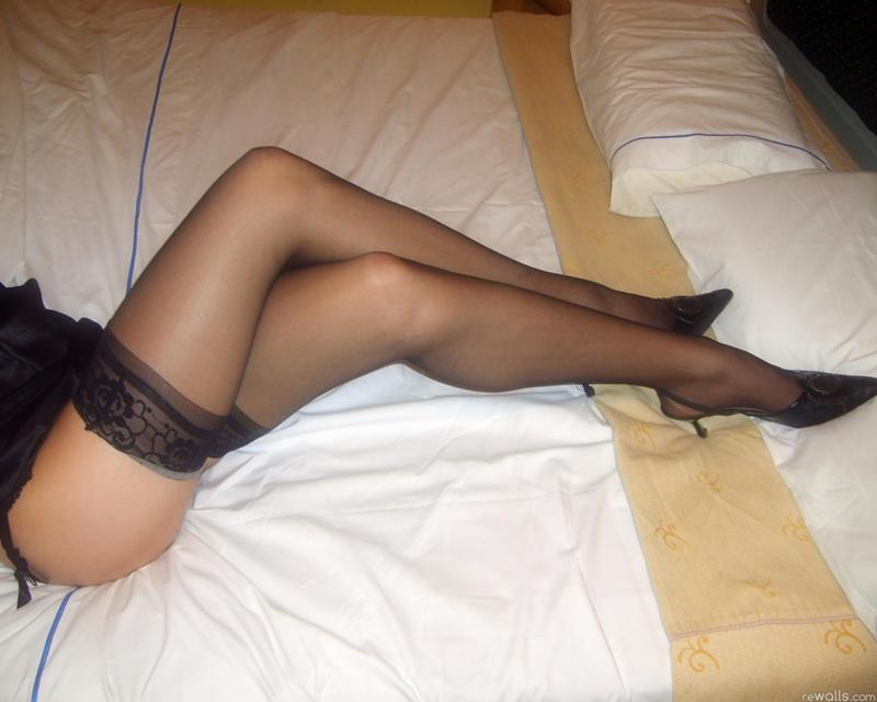 zhenskie-nogi-v-chulkah-domashnie-foto